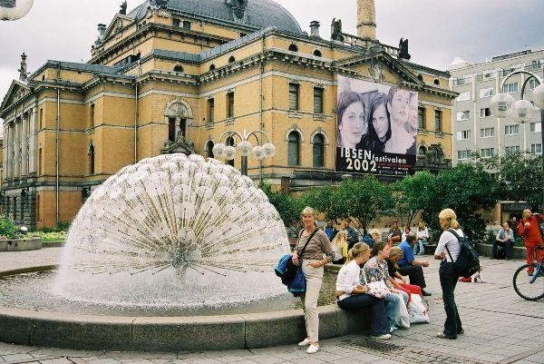 Ibsenovo divadlo s kulovou fontánou