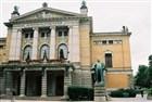 Socha Ibsena před Národním divadlem