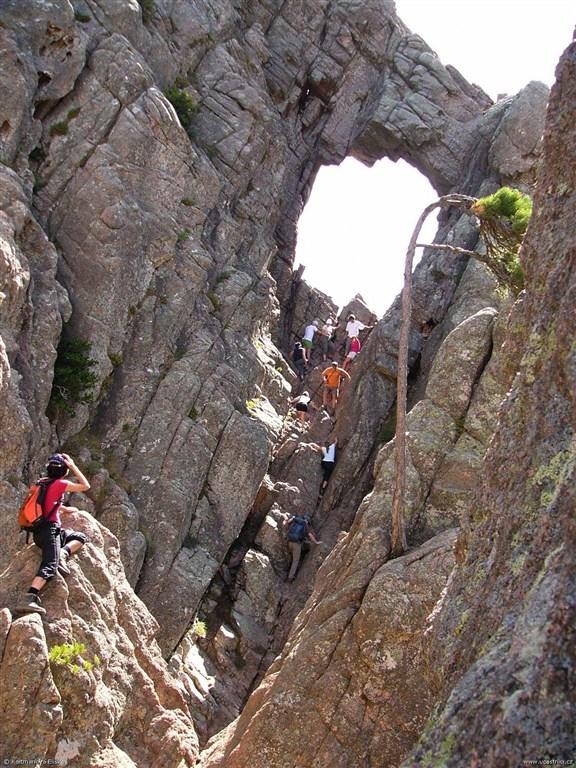 Korsika - Oblíbený cíl turistů skalní okno Trou de la bombe
