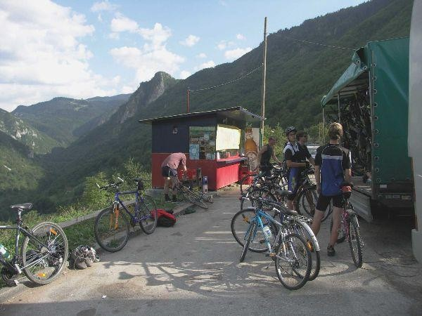 Nakládání kol u mostu přes kaňon Tara