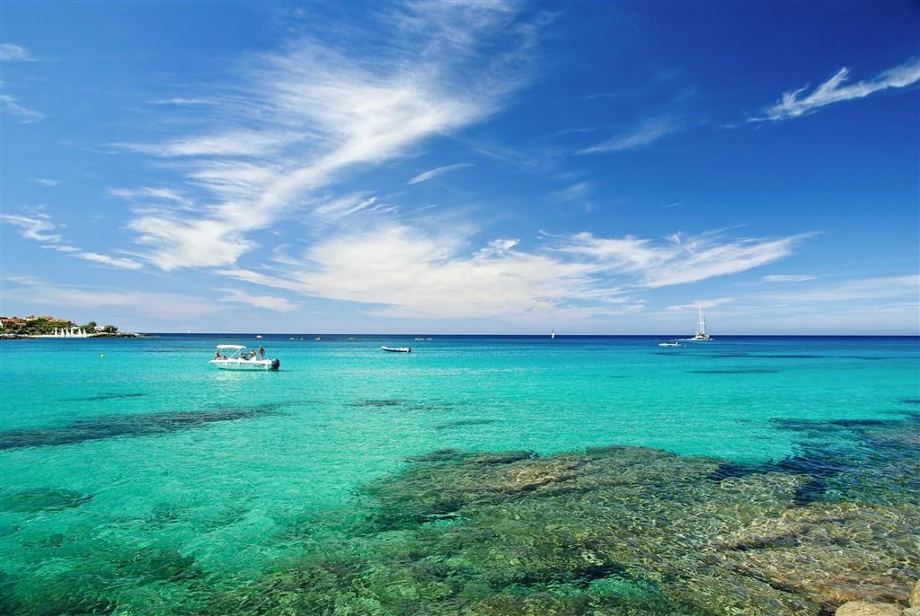 Jedna z mnoha pláží na Korsice