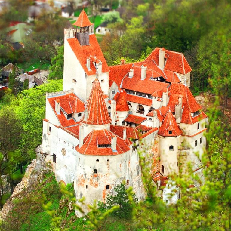 Rumunsko - Drákulův hrad Bran - letecky pohled