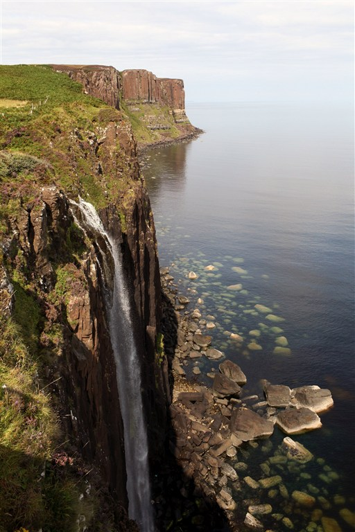 Skotsko - Vnější Hebridy - ostrov Isle Of Skye - Kilt Rock s vodopádem