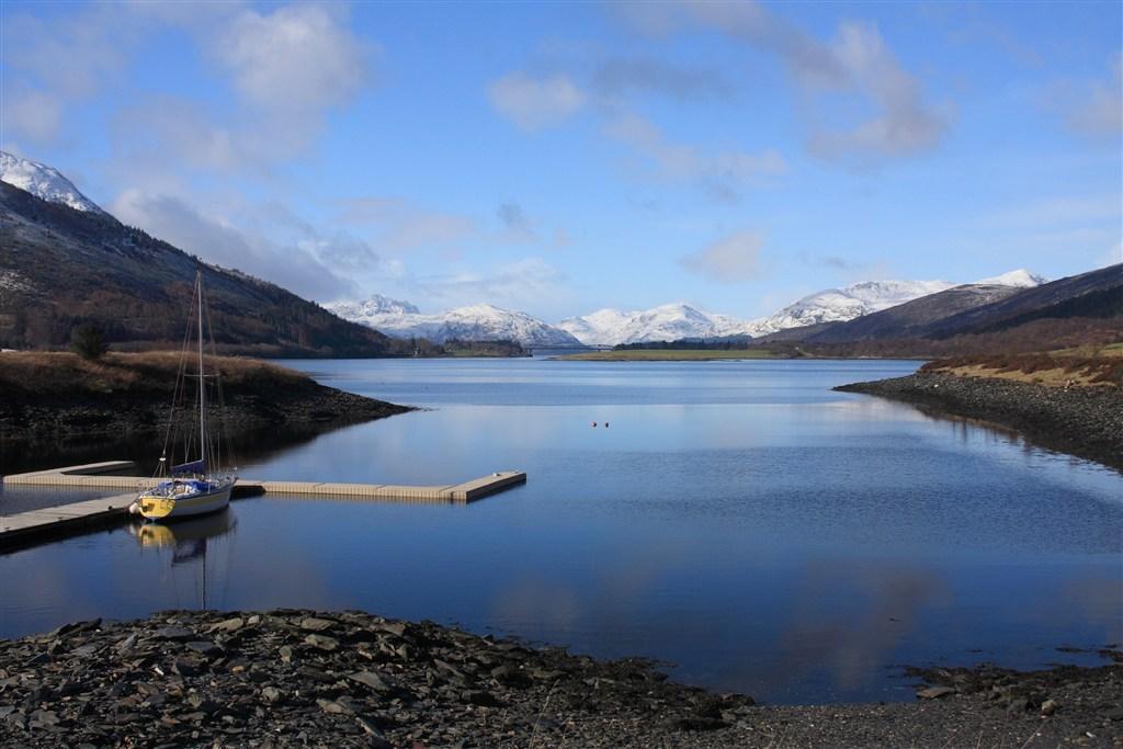 Skotsko - pohled z vesnice Glencoe přes Loch Kinlochleven