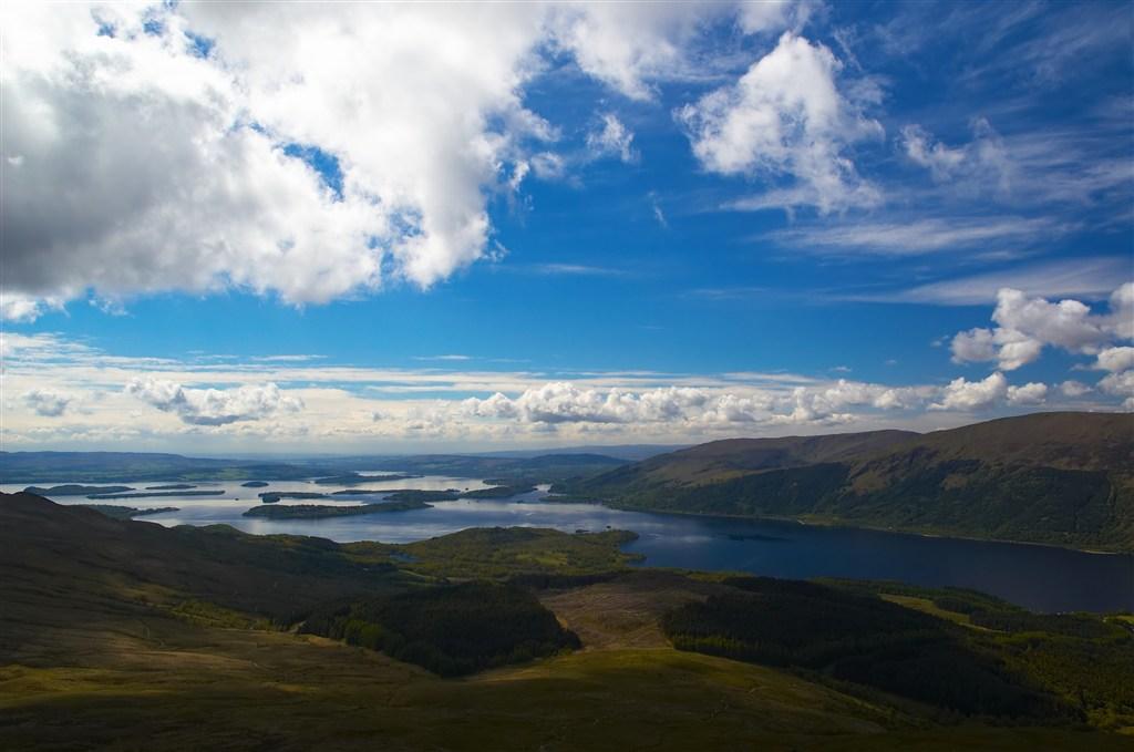 Skotsko - jezero Loch Lomond pohled z Ben Lomond