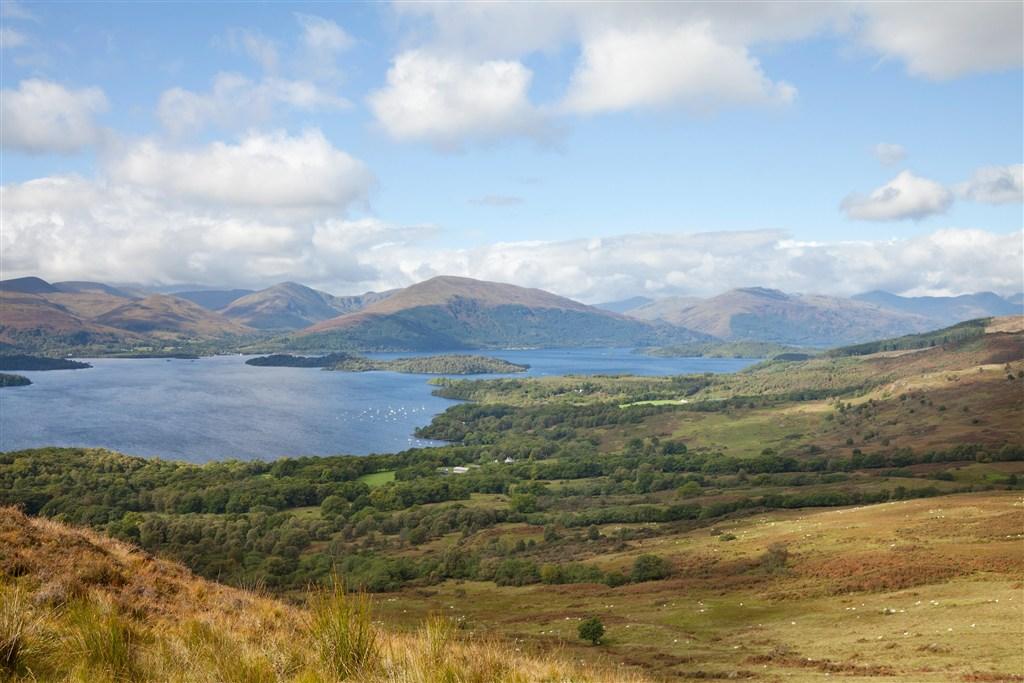 Skotsko - pohled na Loch Lomond z Conic Hill