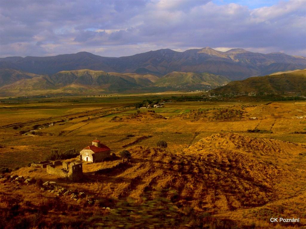 Albánie - krajina mezi Sarandou a Gjirokastrou