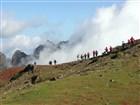 Madeira - cesta z Pico do Arieiro na vyhlídku Miradouro Ninhoda da Manta ve směru na Pico Ruivo a dál na horské sedlo Encumeada.