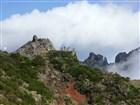 Madeira - cesta z Pico do Arieiro na vyhlídku Miradouro Ninhoda da Manta vlevo před námi, ve směru na Pico Ruivo a dál na horské sedlo Encumeada.