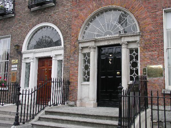 Průčelí victoriánských domů v Dublinu