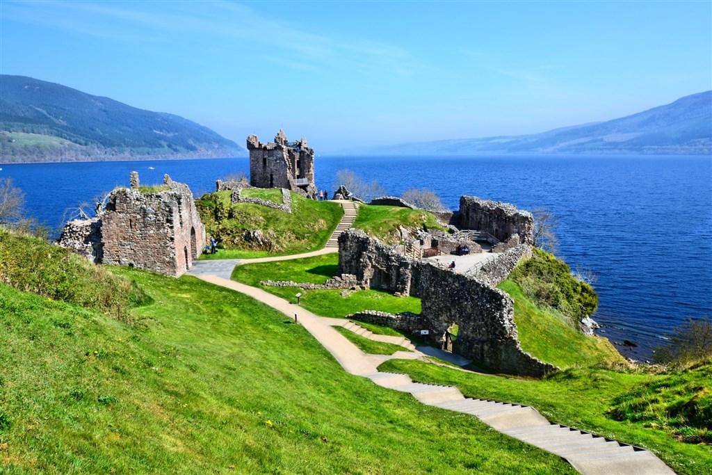 ruina na břehu Loch Ness