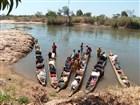 Dlabanou pirogou po řece TSIRBIHINĚ