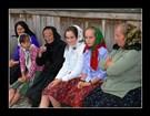 Dvě generace rumunských žen v tradičních krojích