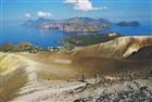 Liparské ostrovy - Vulcano, Grand Cratere. Okružní pěší cesta po obvodu polovyhaslého kráteru s množstvím fumarol s unikajícími sopečnými parami a s fantastickým rozhledem na celé souostroví je opravdu nezapomenutelným zážitkem pro každého