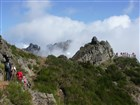 Madeira - cesta z Pico do Arieiro na vyhlídku Miradouro Ninhoda da Manta v pravo před námi, ve směru na Pico Ruivo a dál na horské sedlo Encumeada.
