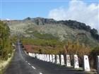 Madeira-Pico do Arieiro, vrchol je přímo před námi. Od parkoviště je vzdálen je několik stovek metrů. Rozhodně pokračujte dál, aspoň na cca 20 minut vzdálenou vyhlídku Miradouro Ninhoda da Manta.