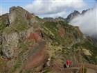 Madeira - cesta z Pico do Arieiro na cca 20 minut vzdálenou vyhlídku Miradouro Ninhoda da Manta ve směru na horské sedlo Encumeada.